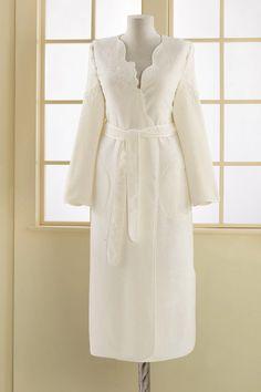 Ten luźny szlafrok ma dwie boczne kieszenie, a dzięki eleganckim perłom nada się na czas po kąpieli, jak i również wieczór w domu.
