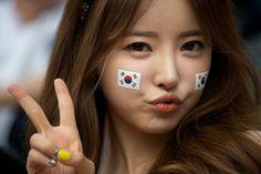 Une Sud-Coréenne arborant le signe du V © Time