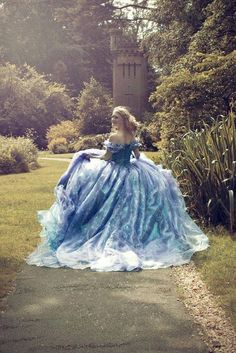 If you've ever wished upon a star to look like a princess, is your dream coming true! Fantastic Fairy Tale Wedding Dress Ideas, look like a Princess in your main day. Robes Disney, Fairytale Dress, Princess Fairytale, Princess Belle, Fantasy Princess, Beautiful Gowns, Belle Photo, Dream Dress, Pretty Dresses