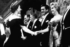 Marilyn Monroe, Kraliçe II. Elizabeth'le tanışırken, 1956.