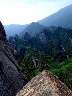 Dinosaur Ridge (Seoraksan, South Korea) http://www.runtheplanet.fr/2013/06/seoraksan-2.html