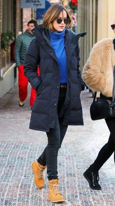 Dakota Johnson in Kanada Goose Puffer mode Cute Winter Coats, Winter Coat Outfits, Winter Outfits Women, Winter Jackets Women, Winter Fashion Outfits, Winter Coats For Women, Swag Fashion, Cold Weather Outfits, Dope Fashion