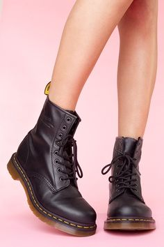 Love my Doc Martens! I've got these boots on my shelf :)) black leather boots AMAZING! Dr. Martens, Botas Dr Martens, Doc Martins Boots, Doc Martens Outfit, Sock Shoes, Shoe Boots, Doc Martens Black, Shoe Company, Martin Boots