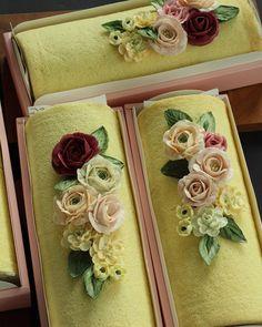 """99 Likes, 5 Comments - bijoucake(비쥬케이크) (@bijoucake_) on Instagram: """"Roll Cake . 돌돌말이 롤케익 위에 꽃으로 장식하면 근사해지죠^^ . #flower #buttercream #butter #waxflower #handmade #roll…"""""""