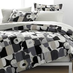 Emma Isola put a contemporary twist on her grandmother, Maija Isola's, 1964 Unikko print to create Ruutu-Unikko. The pixelated grid boosts interest in this adaptable neutral colorway. Pair the duvet se