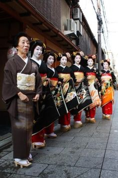 Shigyoshiki 2015: Komaya family from Miyagawacho (SOURCE) Komaya okiya: geiko Toshiyu, Toshikana, Toshimana, maiko Toshimomo, Toshisumi, Toshitomo and Toshihina It seems that geiko Toshihana was absent, at least on this photo.