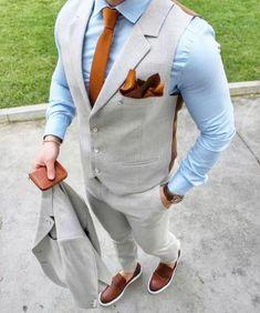 tenue homme chic, costume en beige, gilet avec mouchoir orange pochette, cravate orange, chaussures couleur caramel, chemise bleu ciel