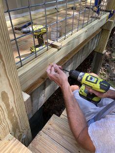 DIY Hog Wire Deck Railing Wire Deck Railing, Front Porch Railings, Deck Railing Design, Fence Design, Deck Stairs, Wire Fence, Diy Backyard Fence, Diy Deck, Backyard Fences