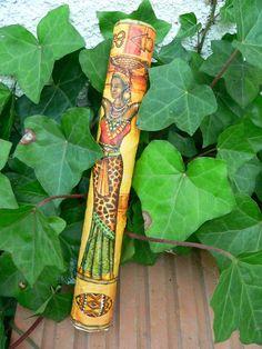 Nápad vyrobit dešťovou hůl měla Nika již v létě - když po patchworkovém pobytu zbyla papírová trubka od vatelínu... začala tudíž megalomansky, ale pro vás si připravila návod na malou hůlku, kterou zvládne každý a na závěr se pochlubí i svou megaholí...