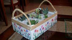 Cajita de fresas decorada y  convertida en macetero