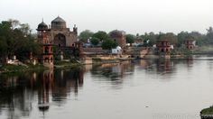 Chini ka Rauza is the tomb of Afzal Khan, a famous scholar and poet who later became the prime minister of the Mughal Emperor, Shah Jahan. Chini ka Rauza was built in1695 and is situated just 1 km north of Itmad-Ud-Daulah Tomb, on the same side of Yamuna River.