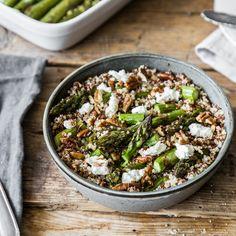 Quinoa, gerösteter Spargel, Pekannüsse und Ziegenfrischkäse: Dieser schnelle Salat ist vollgepackt mit allerlei gesunden Leckereien.