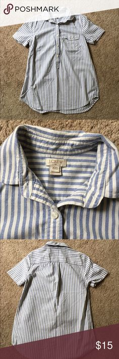 Jcrew xxs stripe popover Size XXS, but can also fit a typical XS in JCrew. Popover style with blue & cream vertical stripes. J. Crew Tops Button Down Shirts