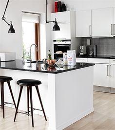 Merete og Mortens køkken har her fået et flot face-lift med en ny sort granitplade og ny vask fra Intra samt et armatur fra BLANCO.