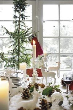 Christmas Table ...♥♥...  http://blog.styleestate.com/christmas-decorating/2014/6/28/50-stunning-christmas-tablescapes.html