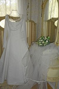 Brudklänning med Slöja - La Reine Inredningar White Dress, Weddings, Wedding Dresses, Womens Fashion, Clothing, Vintage, Queen, Cloakroom Basin, Bride Dresses