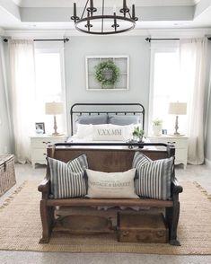 décoration vintage pour chambre parentale, meubles rustiques pour déco retro, vieux banc en bois pour décoration rustique