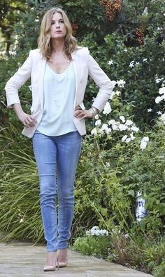 Revenge - Serie TV - look - style - estilo - inspiration - inspiração - moda - fashion - shoe scarpin - nude - jeans - blue - shirt - blouse - blazer - White - Stella-Mccartney - sapato scarpin - nude - calça jeans - azul - camisa - blusa - blazer - branco - elegante - elegant - Amanda Clarke - Emily Thorne (Emily VanCamp)