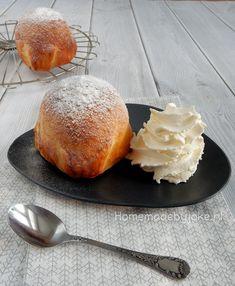 Appelbollen met amandelspijs zijn ontzettend lekker en leuk en eenvoudig om te maken. Met maar weining ingrediënten zet je in een handomdraai deze heerlijke appelbollen op tafel.