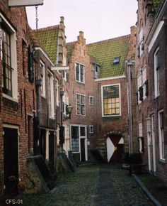 Middelburg, Zeeland, Netherlands Kuiperspoort, formerly the Dutch East India Trading compny now thje Zeeuwse Muziekschool Leiden, Rotterdam, Beautiful Buildings, Beautiful Places, Dutch House, Holland Netherlands, Living In Europe, The Hague, City Landscape