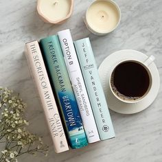 coffee and books If you know a bookworm, always include a new or fun reading accessories! Book Instagram, Photo Instagram, Flat Lay Photography Instagram, Book Flatlay, What Is Reading, Book Wallpaper, Coffee Photography, Photography Books, Coffee And Books
