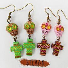 #Aretes de #sugarskull acompañadas de unas lindas #cruces #etnicas 💗 🌹💀 ~~~~~~~~~~~~~~~~~~~~~~~~~~~~~~~~#polymerclay #masaflexible #porcelanicron #fimo #porcelanafria  #diy #pinterest #art #jewelry #bisuteria #handmade #craft #Venezuela #designersvenezuela #colombia #designerscolombia #maracaibo #medellin #fashionblogger #bohochic #hippiechic  #catrina #frida #diadelosmuertos #mexico
