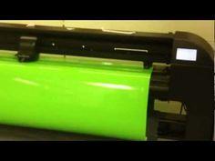 Snijplotter: Het snijden van vinyl-folie dmv een summa snijplotter van PlotPunt reclame belettering