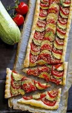 Torta salata estiva ❁✦⊱❊⊰✦❁ ڿڰۣ❁ ℓα-ℓα-ℓα вσηηє νιє ♡༺✿༻♡·✳︎·❀‿ ❀♥❃ ~*~ MON Jun 2016 ✨вℓυє мσση ✤ॐ ✧⚜✧ ❦♥⭐♢∘❃♦♡❊ ~*~ нανє α ηι¢є ∂αу ❊ღ༺✿༻♡♥♫~*~ ♪ ♥✫❁✦⊱❊⊰✦❁ ஜℓvஜ I Love Food, Good Food, Yummy Food, Vegetarian Recipes, Cooking Recipes, Healthy Recipes, Salad Recipes, Summer Savory, Creative Food