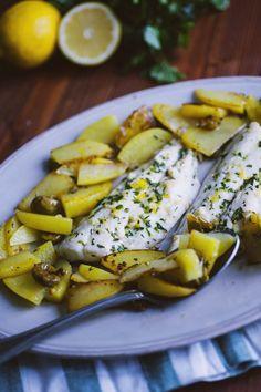 I filetti di orata alla mediterranea sono un secondo piatto semplice e gustoso, servito su un letto di patate: il suo profumo ti conquisterà!