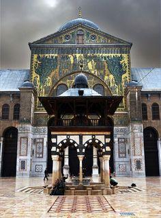 Arquitectura Omeya. Mezquita de Damasco, siglo VII. Sahn y pórtico de acceso al haram.