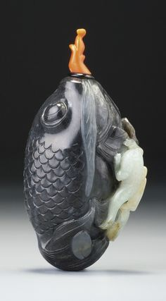 A black and white jade 'Goldfish' snuff bottle, attributed to Suzhou, Qing dynasty, 18th-19th century