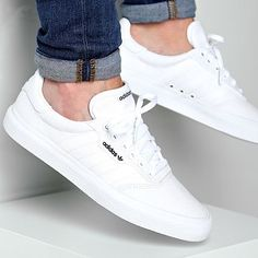Footwear - adidas Baskets Vulc Footwear White Gold Metallic LaBoutiqueOfficielle com Best White Sneakers, White Shoes Men, White Trainers Men, White Sneakers Outfit, Vans Outfit, White Casual Shoes, Mens Trainers, Sneakers Mode, Casual Sneakers