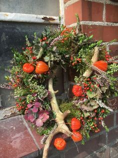 Happy Autumn, We deliver this beautiful wreath freshly bound to you … – Herbst – Wreaths Diy Fall Wreath, Fall Diy, Fall Wreaths, Christmas Wreaths, Fall Planters, Flower Planters, Easy Halloween Decorations, Diy Crafts To Do, Fall Flowers