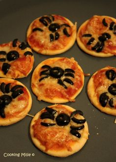 aperitif dinatoire - My best finger food list Halloween Pizza, Halloween Desserts, Soirée Halloween, Bricolage Halloween, Halloween Dinner, Halloween Food For Party, Halloween Treats, Halloween Party Appetizers, Mini Pizzas