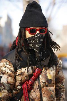 Street Style masculino em NY 2018 com boina preta, lenço e óculos vermelho para dar um up no look invernal Up, Black, Princesses