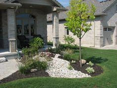 35 Cheap Landscaping Ideas With Rocks And Mulch - Gongetech Cheap Landscaping Ideas, Mailbox Landscaping, Mulch Landscaping, Landscaping With Rocks, Mulch Yard, Landscape Design, Garden Design, House Design, Black Mulch