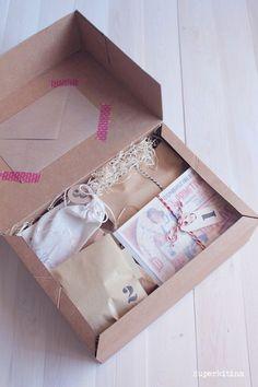 Si son varios regalitos, mételos todos en una caja, y númeralos con etiquetas para indicar el orden en el que deben abrirse