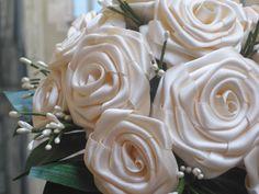 Ramo De Geraldina 3 Ramo De Rosas En Tela De Raso Blanca Con Hoja Artificial Y Pistillos Blancos Como Decoración Flowers Rose Plants