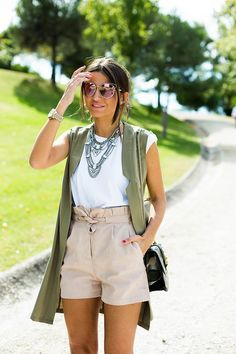22 Classic And Stylish Beige Shorts Outfits - Styleoholic Beige Shorts Outfit, Summer Shorts Outfits, Short Outfits, Cool Outfits, Casual Outfits, Summer Date Outfits, Shorts Outfits Women, Vest Outfits, Amazing Outfits