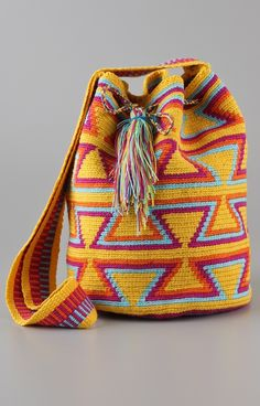 This reminds me of the bags in Colombia, I wish I'd gotten one Tapestry Bag, Tapestry Crochet, Knit Crochet, Crochet Handbags, Crochet Purses, Crochet Bags, Mochila Crochet, Pencil Bags, Boho Bags
