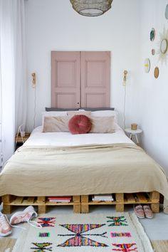 6x ideeën om de muur achter je bed te stylen - Alles om van je huis je Thuis te maken   HomeDeco.nl Classic Home Decor, Unique Home Decor, Home Decor Styles, Cheap Home Decor, Minimalist Home Interior, Home Interior Design, Cosy Home, Cheap Office Decor, Cheap Rustic Decor
