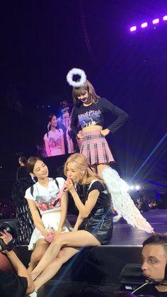 Uwuw lisa jealous to chaenie😍😍😂 Lisa Black Pink, Black Pink Kpop, Blackpink Video, Foto E Video, Yg Entertainment, K Pop, South Korean Girls, Korean Girl Groups, Blackpink Memes