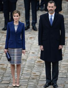 París El azul ha sido el color protagonista de su look para su visita oficial a París. Con un vestido de tweed y un blazer en crepe de Felipe Varela, bolso del mismo diseñador y salones nude de Magrit.