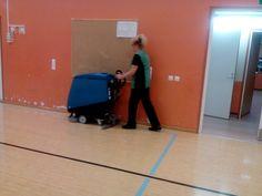 Liikuntasalin siivous.Ensin lattian moppaus ja sitten puhtaaksi pesu koneella !