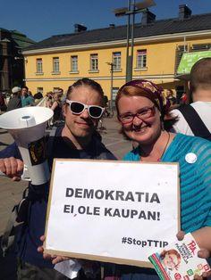 Demokratia ei ole kaupan. TTIP -mielenosoituksessa, toukokuu 2014   #StopTTIP