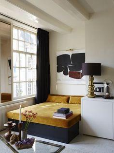 Mörka gardiner som hänger från en klassisk svart gardinstång. Källa - Pinterest. För liknade resultat rekommenderar vi Gotain sammetsgardiner i färgen granit, se den och beställ kostnadsfria tygprover på www.gotain.com - Vi gör det enkelt att beställa skräddarsydda gardiner.