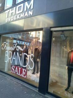 Ook weer en reclame met Sale, groot op de voorgevel en ze hebben gebruik gemaakt van grote letters.