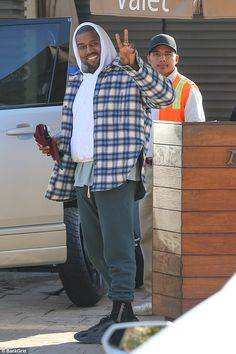 Cheerful Kanye West flashes peace sign after tony lunch at Nobu - Good grub? Kanye West, appeared downright ebullient after a lunch at swanky Nobu in Malibu - Kanye West Outfits, Kanye West Style, Kanye West Clothing, Kanye West Fashion, Yeezy Fashion, Mens Fashion, Fashion Outfits, Kanye West Smiling, Balenciaga Jacket