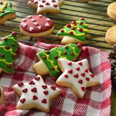 Delicious butter cookies decorated with colored bitumen for Christmas. Secret Tip: To make your cookies last longer, place them in an a. Christmas Sugar Cookies, Christmas Cupcakes, Christmas Desserts, Butter Cookies Tin, No Bake Sugar Cookies, Cookie Desserts, Cookie Recipes, Dessert Recipes, Xmas Food