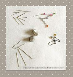 Tipos de alfileres, alfileres de gancho, dedales y agujas para coser a mano.